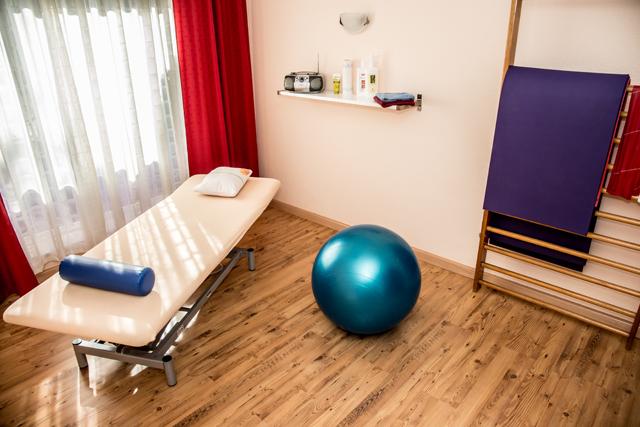 Behandlungsraum mit Pezziball